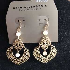 Jewelry - Gold filigree leasee earrings with stone accents